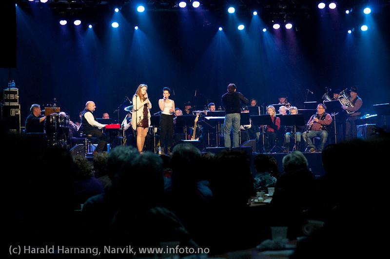 27.3.2011: Da Capo-show med Vidar Lønn Arnesen. LKAB Big Band varmet opp (både i kropp og sjel) med storbandjazz, her med solister: Rikke og Sofie Braseth imponerte både med og uten gitar.