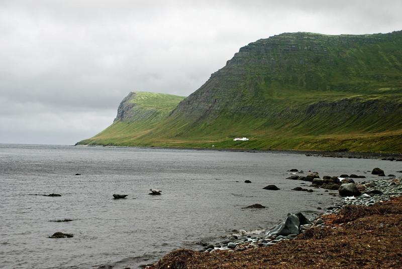 Horft út Hornvík. Horn yst, Miðfell og Hornbæirnir.
