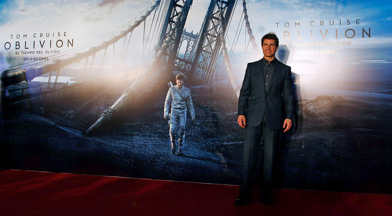 ". U.S. actor Tom Cruise poses as he arrives for the world premiere of his movie ""Oblivion\"" in Buenos Aires March 26, 2013. REUTERS/Marcos Brindicci"