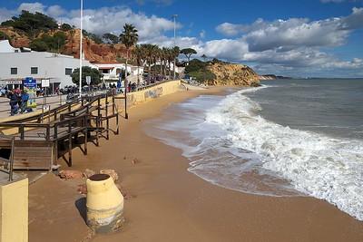 Olhos d'Agua : a sunny day at the beach
