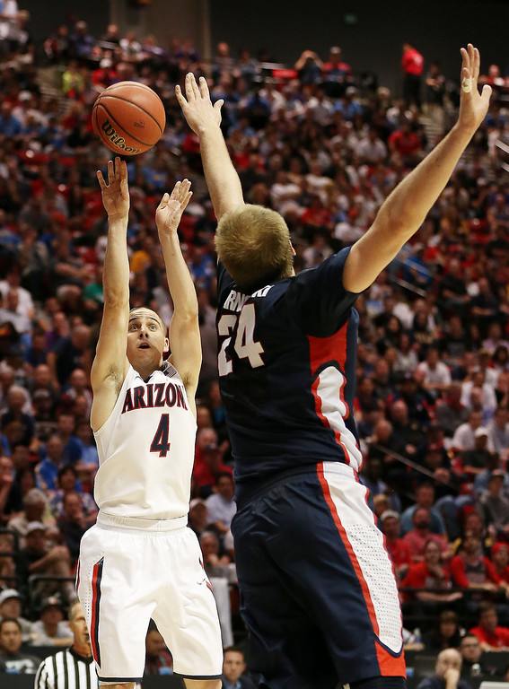 . T.J. McConnell #4 of the Arizona Wildcats shoots over Przemek Karnowski #24 of the Gonzaga Bulldogs in the first half during the third round of the 2014 NCAA Men\'s Basketball Tournament at Viejas Arena on March 23, 2014 in San Diego, California.  (Photo by Jeff Gross/Getty Images)