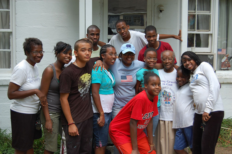 2008 07-19 Atlanta, GA - Volunteers taking photo op with Mrs. Bailey.