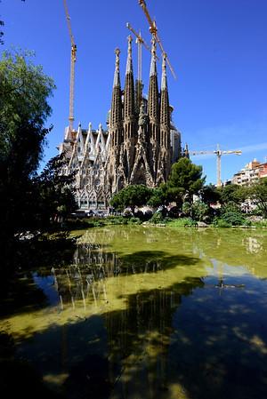 17 Barcelona Basilica Bus Gaudi Twin ships
