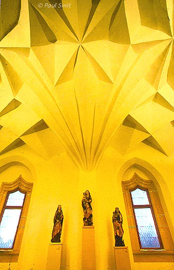 <h4>[GERMANY.SACHSEN 7295] <br>'Vaults like origami.'</h4> Ribless cellular vaults cover the halls of the Albrechtsburg in Meißen. In 1525 architect Arnold von Westfalen had nearly completed the construction of the castle. In the final stage he got the brilliant idea to leave out the ribs that the arches usually were anchored on. The vaults were to be self-supporting. This enabled faster building if the masons were very experienced. The result was a web of cell-vaults, unfolding in different patterns in each hall and looking like Japanese origami, elegant and seemingly weightless. Photo Paul Smit.