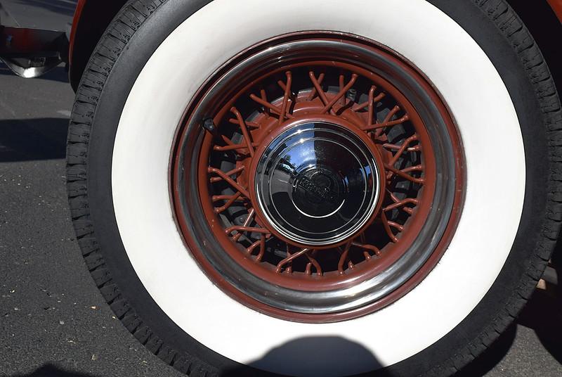 Auburn 1935 851 Cabriolet sidemount.JPG
