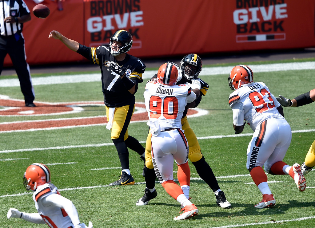 . Pittsburgh Steelers quarterback Ben Roethlisberger (7) passes against the Cleveland Browns during the first half of an NFL football game, Sunday, Sept. 10, 2017, in Cleveland. (AP Photo/David Richard)