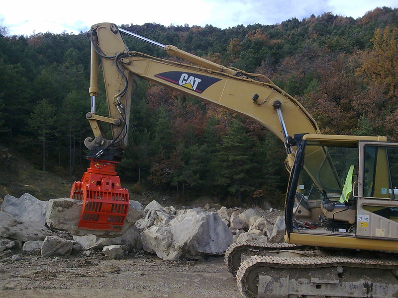 NPK DG-40 demolition grab on Cat excavator moving oversize rocks(3).jpg