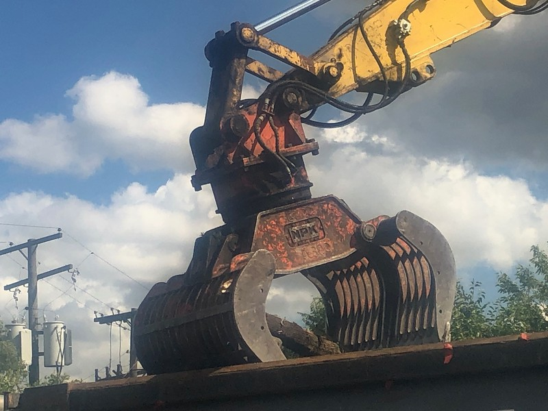 NPK DG40 demo grab on Komatsu PC360 - Homrich Demolition (AIS) - Detroit, MI - loading demolition debris 8-2019 (1 (4).jpg