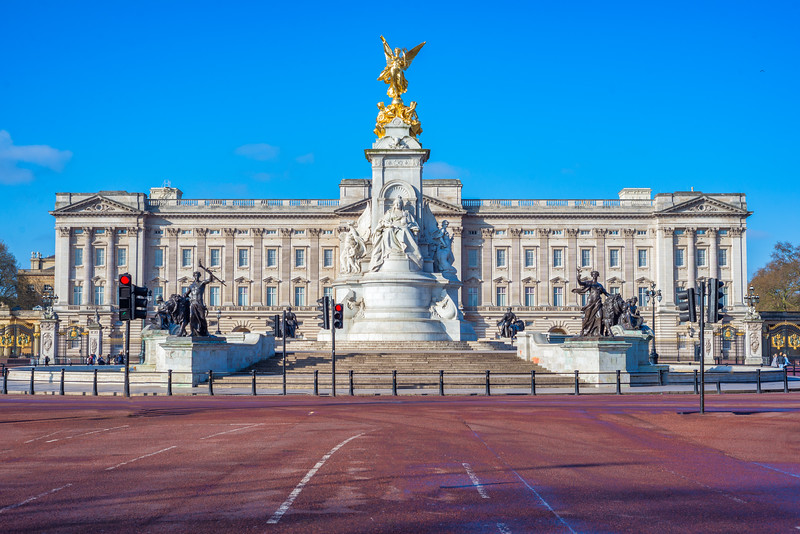 Buckingham-Palace-and-fountain-front-shot-daytime.jpg