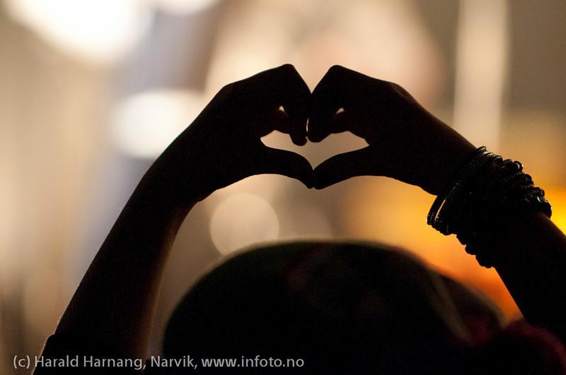 26.3.2011: Konsert på Nordkraft Arena med Madcon. En ung beundrer med hendene formet som et hjerte.