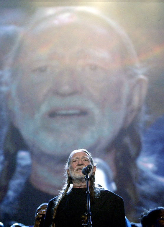 ". Willie Nelson sings "" Living in a Promised Land\"" Thursday, July 29, 2004, 2004 at the FleetCenter in Boston during  the Democratic National Convention.(AP Photo/Stephan Savoia)"