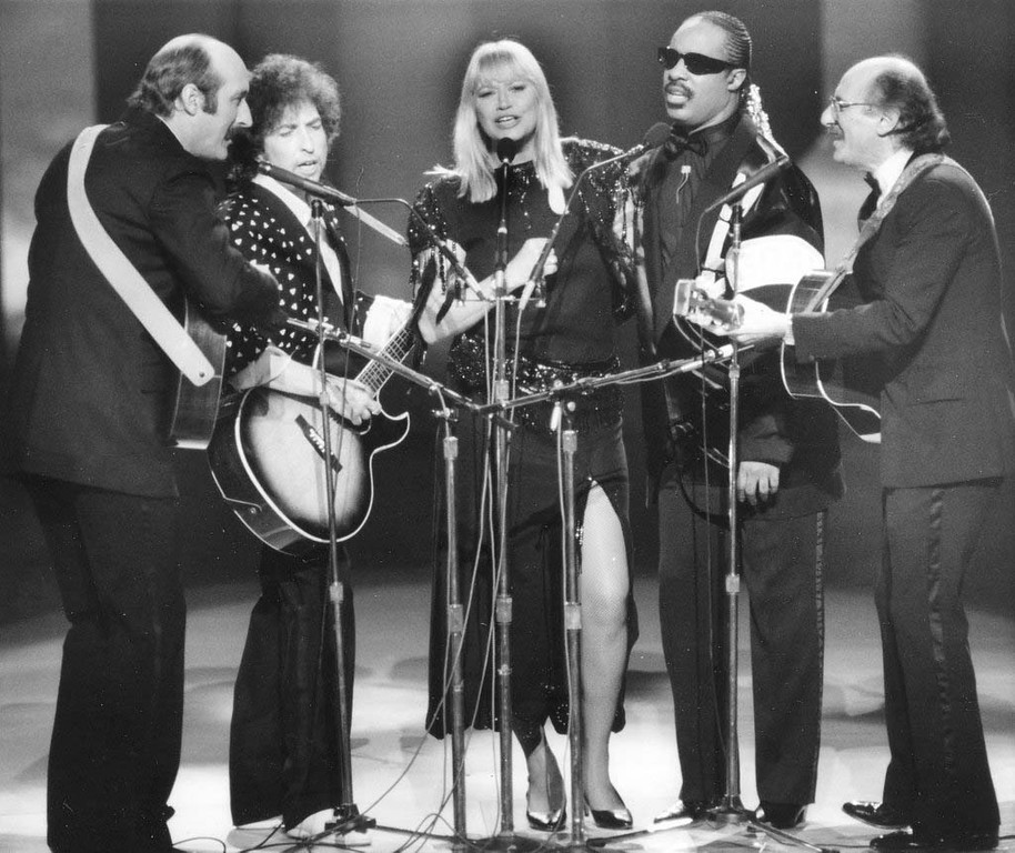 ". Stars perform during the ""All Star Celebration Honouring Martin Luther King Jr.\"" at the Kennedy Centre, in Washington D.C., on Jan. 20, 1986. From left to right; Paul Stookey, Bob Dylan, Mary Travers, Stevie Wonder and Peter Yarrow. The special performance celebrated the first national holiday honouring King. (AP Photo)"