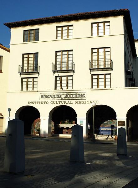 BiscailuzBuilding003-FrontAndPillars-2006-11-13.jpg