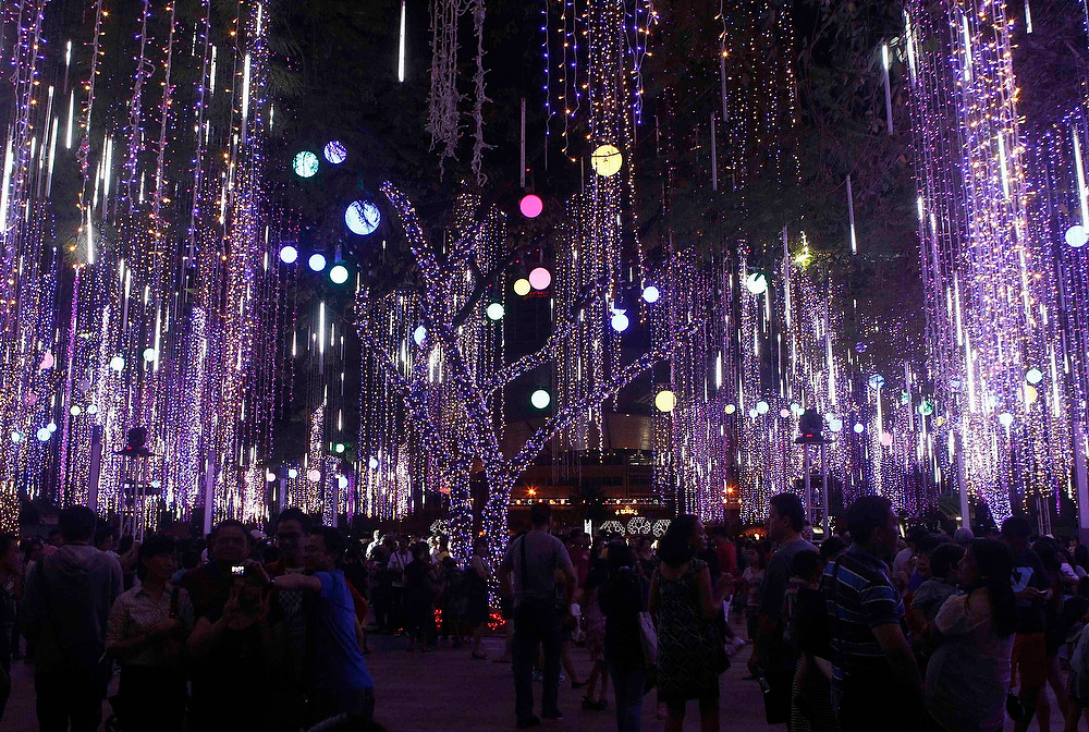 Description of . Families celebrate Christmas day watching the symphony of lights and sound attraction at a park in Manila's Makati financial district December 25, 2012.  REUTERS/Cheryl Ravelo