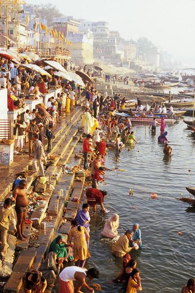 Varanasi.ganges.bartnikowski.jpg