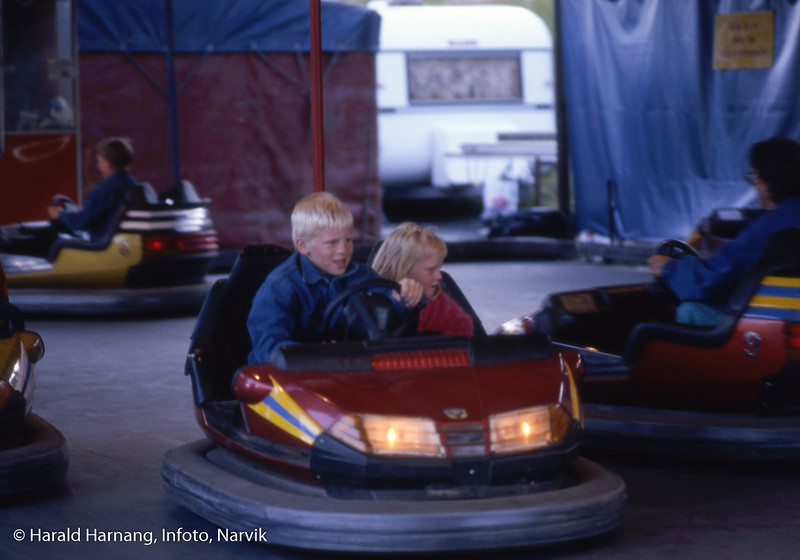 Messe og tivoli utenfor Idrettens Hus i Narvik