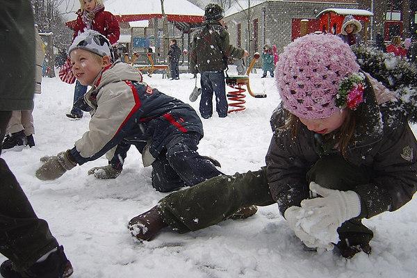 Kleuters: sneeuwpret op de speelplaats