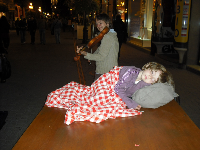 A street performer with her daughter.