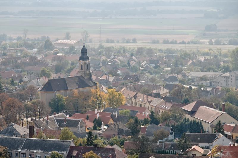 Von dort hat man eine schöne Aussicht auf die Stadt Sümeg und die Umgebung. Leider war es etwas diesig, so dass man die Alpen nicht sehen konnte.