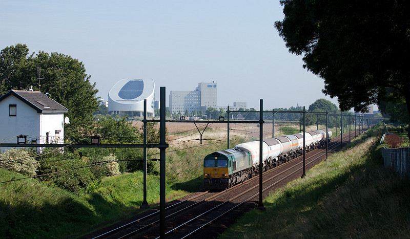 R4C PB01 takes the 47712 (pressurized tankcars Dormagen/D - Lutterade) south out of Sittard. The train came via Herzogenrath/D and Heerlen to Sittard where the engine ran around it. The Sittard home signals can be seen in the distance.