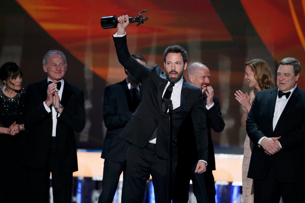 ". Ben Affleck accepts the award for outstanding cast in a motion picture for ""Argo\"" at the 19th annual Screen Actors Guild Awards in Los Angeles, California January 27, 2013.    REUTERS/Lucy Nicholson"