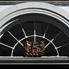 """Garenmarkt 15, embleem van het Europacollege --- ©  <a href=""""mailto:rudi_vandeputte@telenet.be"""">Rudi Vandeputte</a>"""