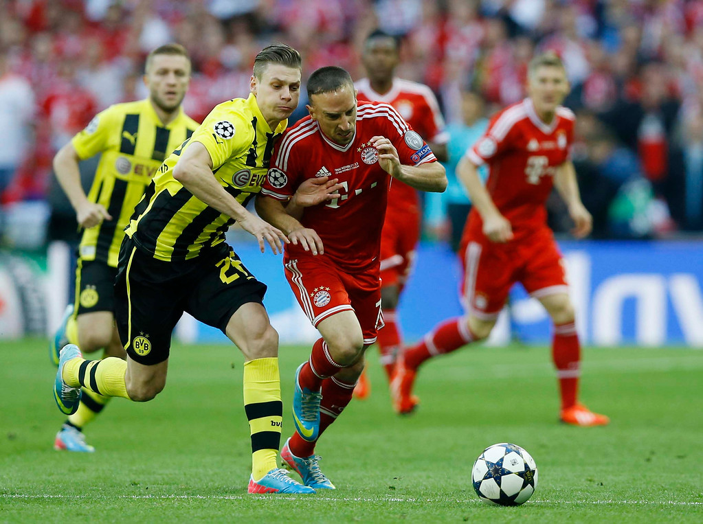. Dortmund\'s Lukasz Piszczek of Poland, left, vies for the ball with Bayern\'s Franck Ribery of France, during the Champions League Final soccer match between Borussia Dortmund and Bayern Munich at Wembley Stadium in London, Saturday May 25, 2013. (AP Photo/Kirsty Wigglesworth)