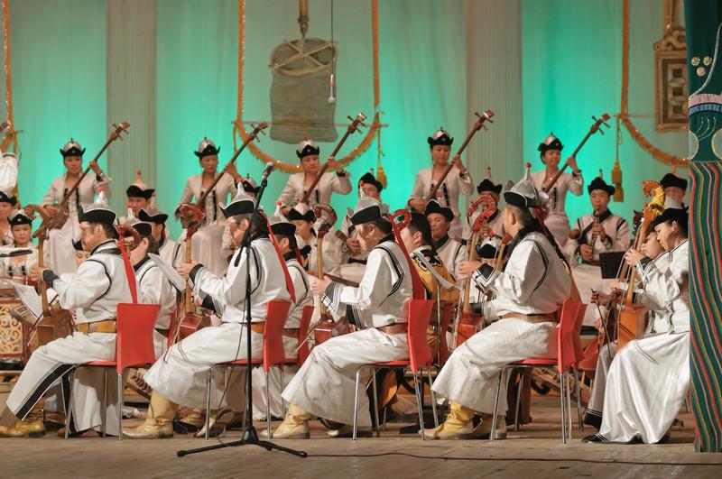 Sie spielen natürlich aus traditionellen Instrumenten.