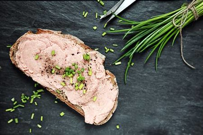 28234860-preparing-a-tasty-smoked-teewurst-sandwich-on-a-slice-of-rye-bread-with-chopped-chives-and-black-pep.jpg
