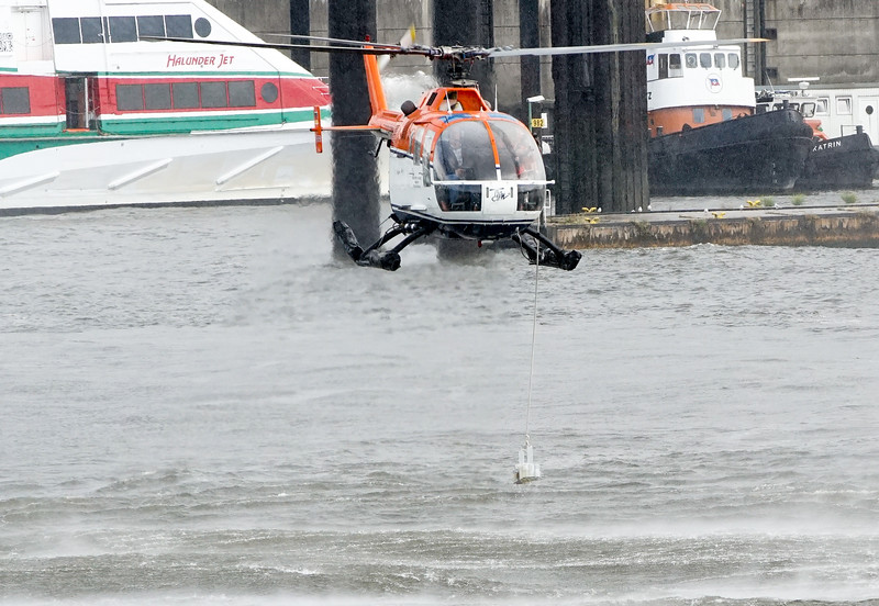 Wasserprobenentnahme mit dem Helikopter Elbe Hamburg