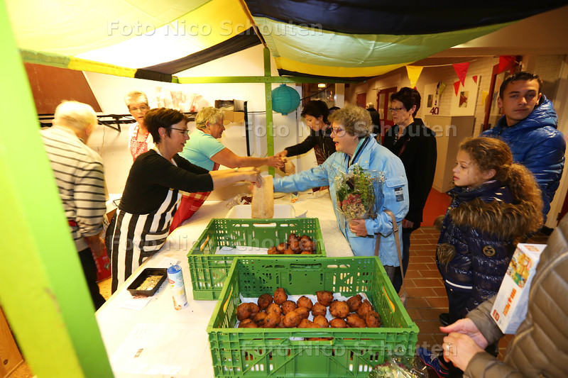de bazaar in de Ontmoetingskerk - NAALDWIJK 29 OKTOBER 2015 - FOTO NICO SCHOUTEN