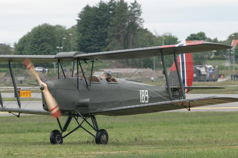 Die ältesten Maschinen (hier eine Tiger Moth) starteten auf Gras.
