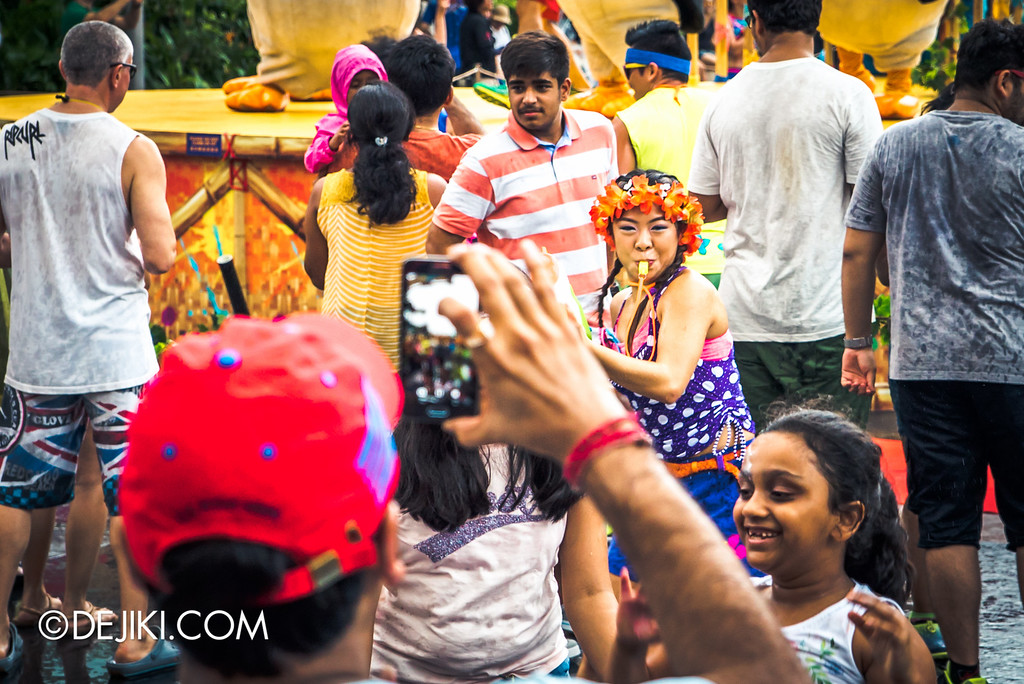 Universal Studios Singapore - Park Update May 2016 / Universal Studios Singapore Soak Out - Girl among the guests