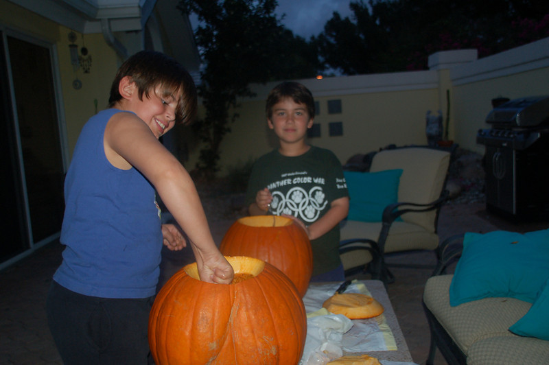 2009october28_carvung pumpkins a 008.jpg