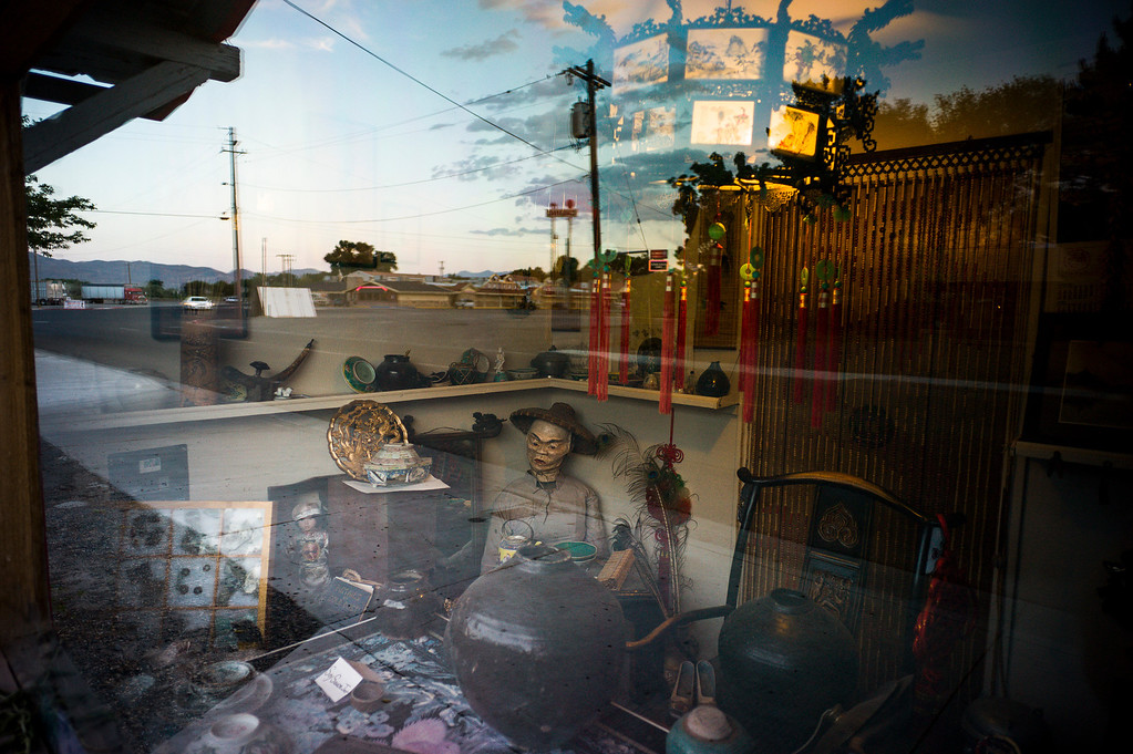 . Larry deLeeuw keeps a small Chinese Museum outside of his Cadillac Motel in Lovelock, Nevada.  The small town has been put on the map since Simpson was locked up at the Nevada Prison near town.    (Photo by David Crane/Los Angeles Daily News.)