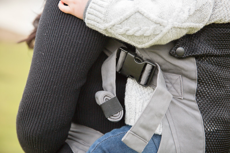 Izmi_Baby_Carrier_Breeze_Mid_Grey_Lifestyle_Back_Carry_Side_Zoom.jpg
