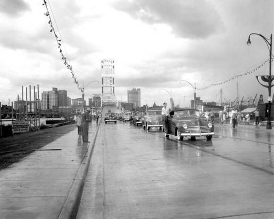 MainStreetBridgeParade-1941a.jpg