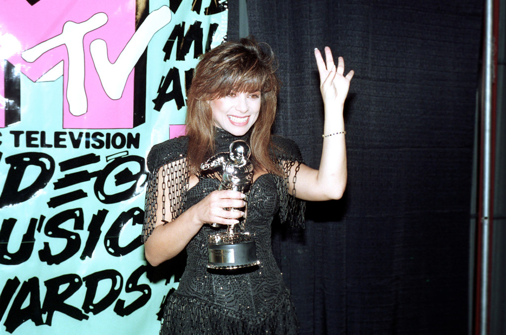 ". Pop singer Paula Abdul holds up four fingers representing the number of awards she won during the MTV music video awards at the Universal Amphitheatre in Universal City, Ca., Sept. 7, 1989. Abdul won for best female video, dance, choreography and editing for her video ""Straight Up.\"" (AP Photo/Alan Greth)"