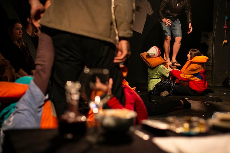 Allan Bravos - Fotografia de Teatro - Indac - Migraaaantes-197.jpg