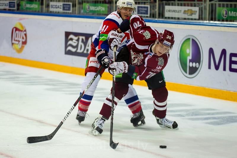 Miks Indrašis (7) mēģina nosargāt ripu no Vasilyev Alexei (41)