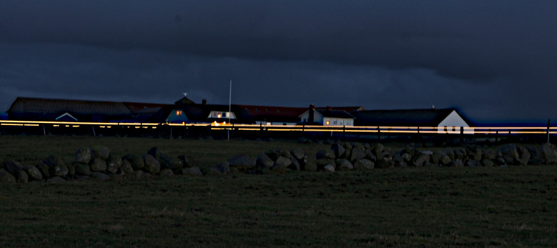 Kunstig lys. En bil passerer.