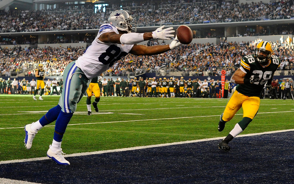 . Dallas Cowboys player Dez Bryant (L) misses a pass for a touchdown against the Green Bay Packers in the first half of the NFL American football game between the Green Bay Packers and the Dallas Cowboys at AT&T Stadium in Arlington, Texas, USA, 15 December 2013.  EPA/LARRY W. SMITH