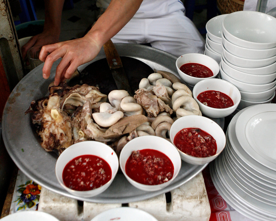 . A raw blood dish is displayed with cooked entrails at a restaurant in Hanoi April 28, 2009.  Frozen pudding from fresh duck or pig blood is a popular dish in the Southeast Asian country although duck blood is less consumed following bird flu outbreaks that have killed at least 55 Vietnamese since late 2003. In Vietnam, there appeared to be a degree of confusion towards swine flu which is not in fact linked to pigs alone -- but an assortment of swine, human and avian viruses. One bowl of raw blood costs VND10,000 ($0.55).  REUTERS/Kham