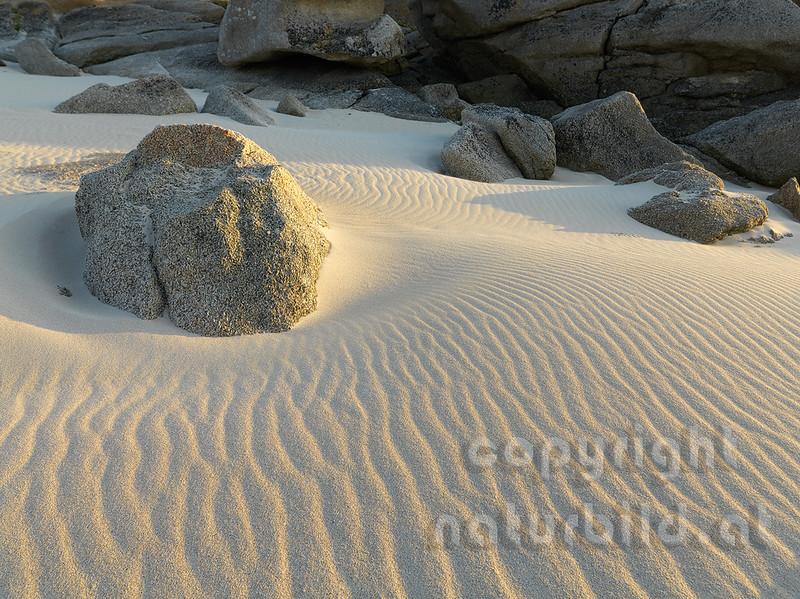 16B-03-39 - Sandstrand mit Granitfelsen