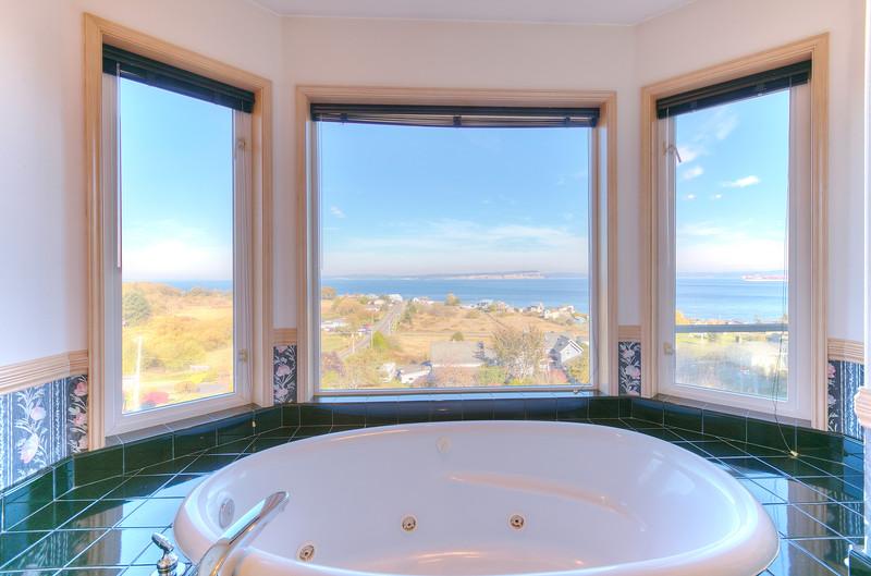 jetted tub in master bath.jpg