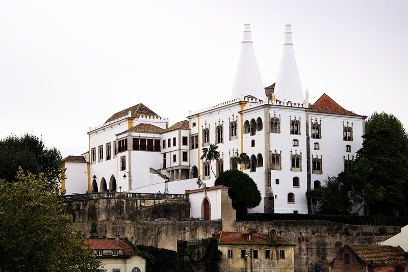 Národní palác v Sintře. Trofo vrtaly v hlavě ty dva kužele tak dlouho, až zjistila, že to údajně byly kuchyňské komíny. Zřejmě se tu kdysi hodně vařilo.