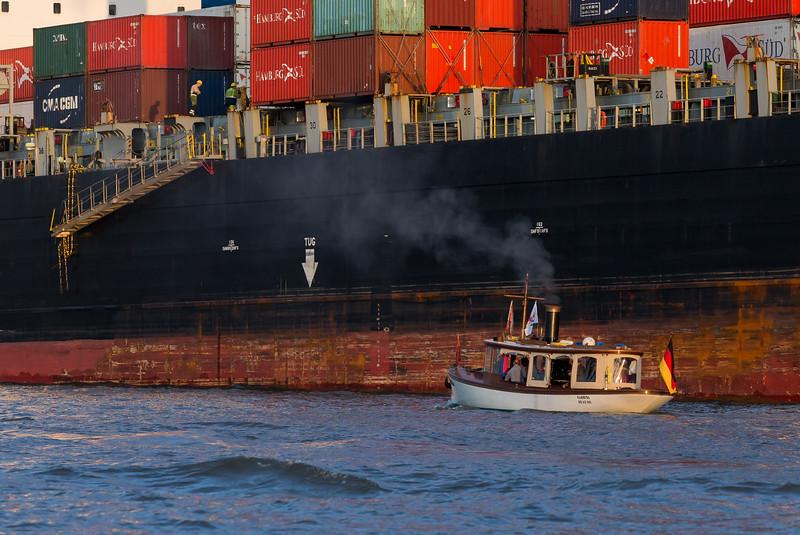 Dampfschiff vor Containerschiff in Hamburg auf der Elbe