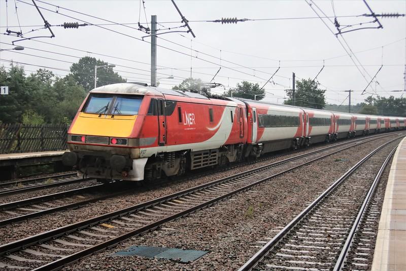 82211_91127 pass Welham Green at 1113/1A19 Leeds to Kings Cross
