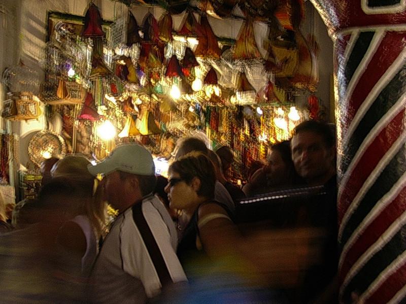 Turisttrengsel i Tunismedinaens messingsoukh  Tourist crowd in brass soukh of the Tunis medina (Foto: Ståle)