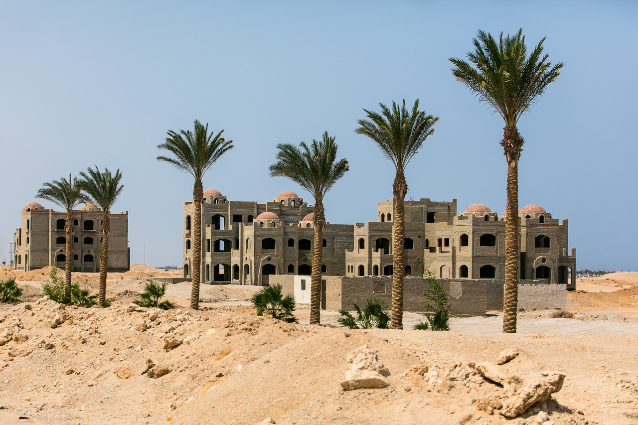 Egipt; Krajobraz; PrzezOknoAutobusu; Safari; pustynia; Resort turystyczny w budowie